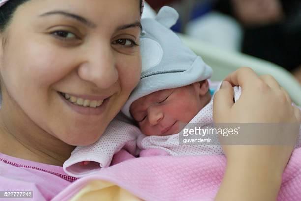 Novo nascido filho com sua mãe