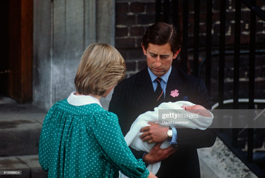 New born Prince William with Diana Princess of Wales and Prince Charles... : Nachrichtenfoto