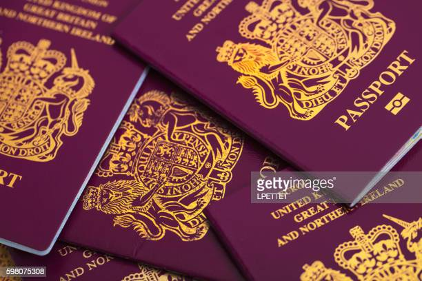 new british passport - passeport photos et images de collection