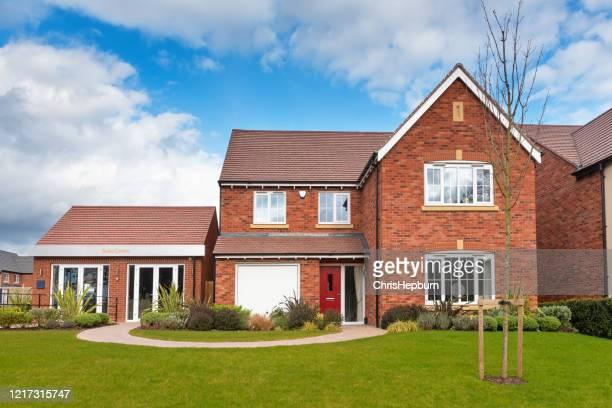 nuove case di costruzione sul tipico sviluppo abitativo del regno unito - casa di mattoni foto e immagini stock