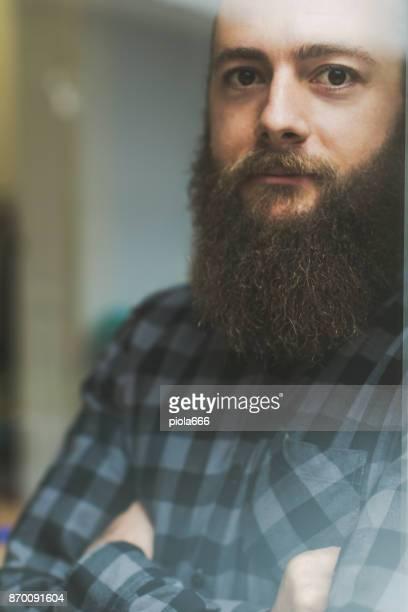 Neugeschäft: bärtiger Mann bei der Arbeit