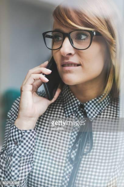 Neugeschäft: schöne Frau bei der Arbeit
