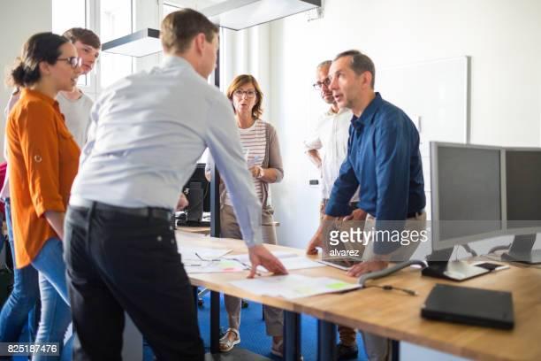 neue business-diskussion im startup-büro - entscheidung stock-fotos und bilder