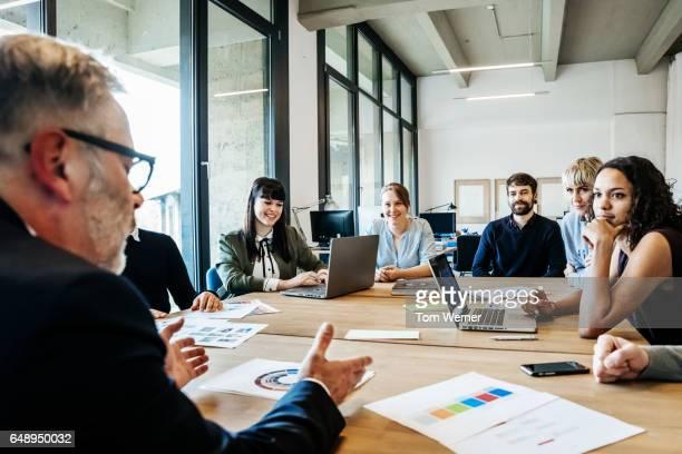 new business meeting on a conference table - colega de trabalho papel humano - fotografias e filmes do acervo