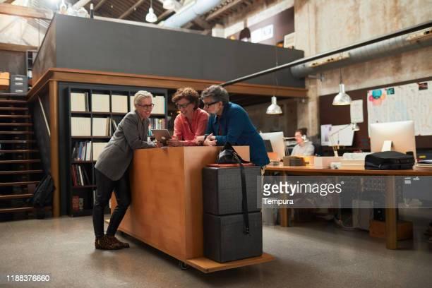 nueva oficina de negocios de pie reunión creativa. - compromiso de los empleados fotografías e imágenes de stock