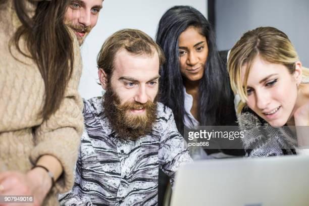Neue Business-Team: bei der Arbeit zusammen im Coworking Büro