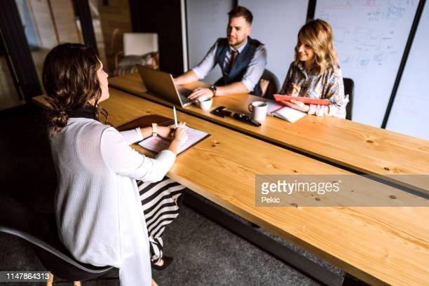 ビジネスインタビューの新しい候補者 - あがり症 ストックフォトと画像