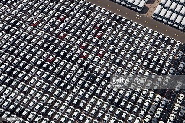 新しい車とバンの駐車場