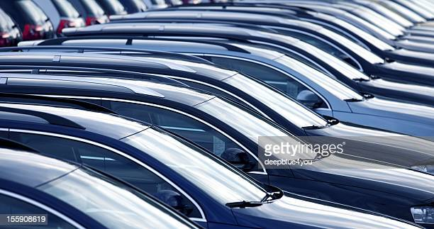 new cars in a row at dealership - op een rij stockfoto's en -beelden