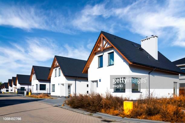 nieuwe complex van witte kleine residentiële gebouwen in de wijk - polen stockfoto's en -beelden