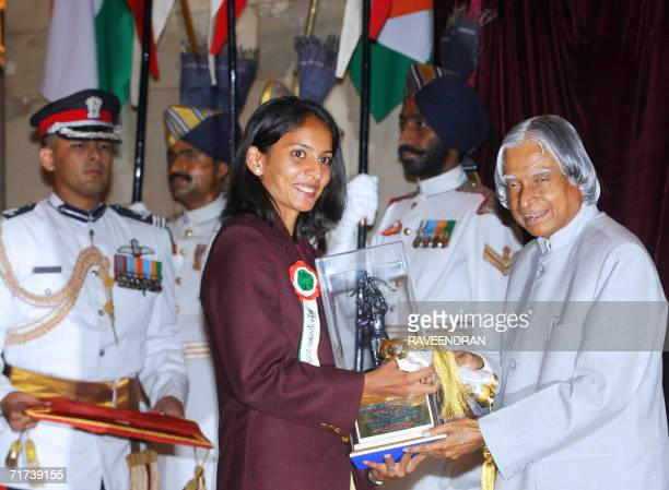Indian athlete Manjit Kaur receives the Arjuna Award from Indian President Abdul Kalam at a function at the presidential palace in New Delhi 29...