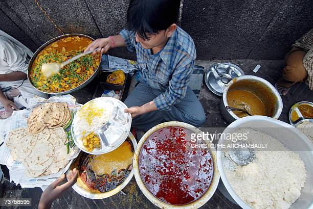 TO GO WITH LifestyleIndiaculturefoodsafetyschedFEATURE by Elizabeth Roche This picture taken 22 February 2007 shows an Indian street food vendor...