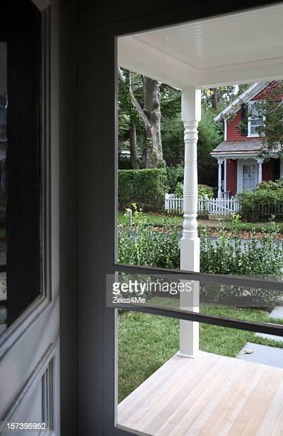 New England casa a través de la criba de puerta