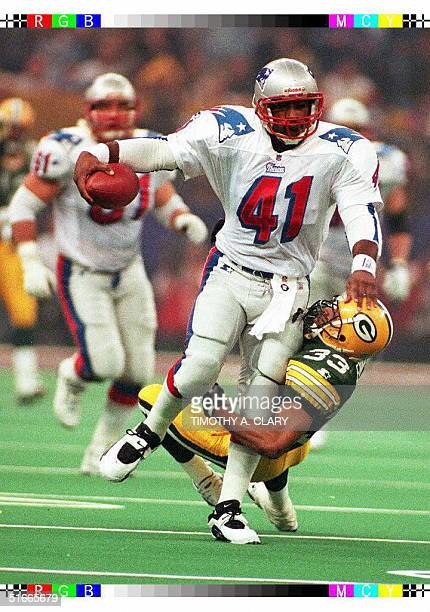 New England Patriots fullback Keith Byars runs past Green Bay Packers cornerback Doug Evans during first quarter action in Super Bowl XXXI 26 January...