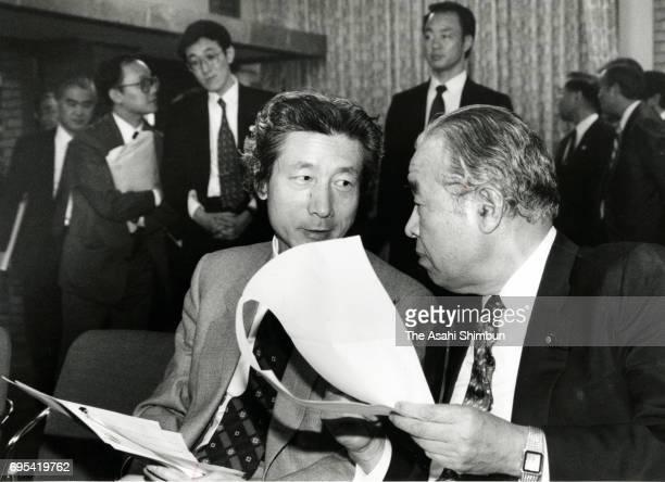 New Health Minister Junichiro Koizumi talks with Finance Minister Hiroshi Mitsuzuka while waiting for a press conference at Prime Minister Ryutaro...