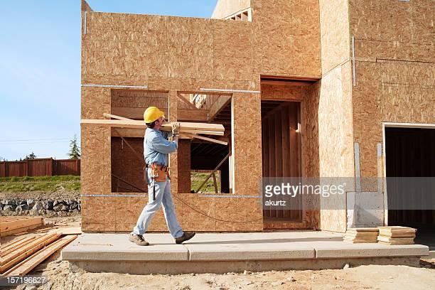 Nouvelle maison en bois construction Travailleur carring