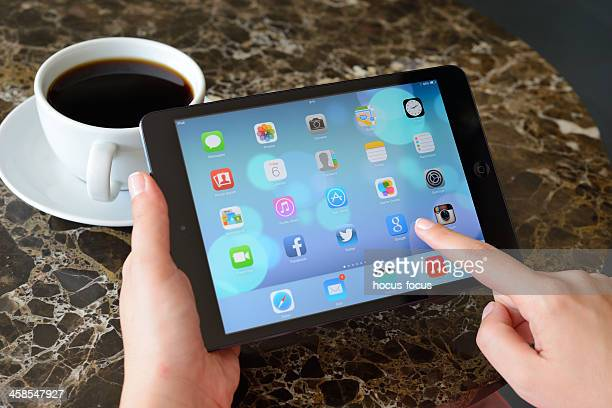 new ios 7 on ipad mini - big tech stock pictures, royalty-free photos & images