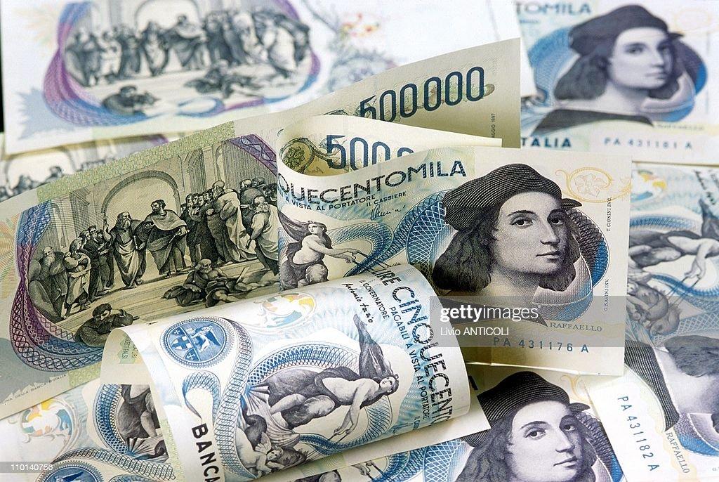 New italian bill of 500000 Lira. Antonio Finocchiaro, vice president of Italian bank in Italy on September 15, 1997. : News Photo