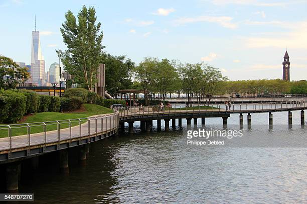 usa, new jersey, hoboken, view of the pier c park waterfront walkway with lower manhattan skyline - west new york new jersey - fotografias e filmes do acervo