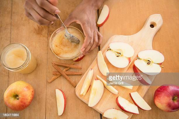 USA, New Jersey, Jersey City, Apple sauce making