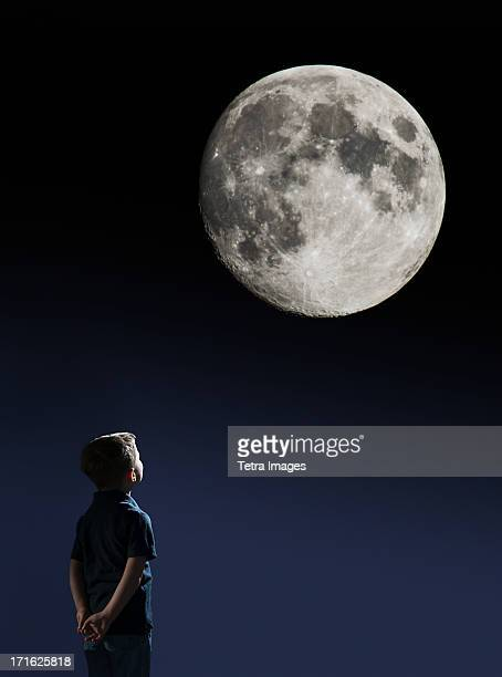 USA, New Jersey, Jersey City, Boy (4-5) looking at full moon