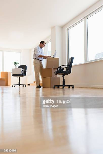 usa, new jersey, jersey city, businessman setting up office - new jersey stock-fotos und bilder