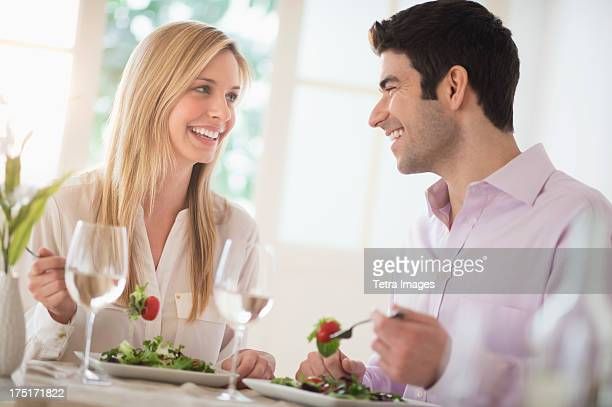 USA, New Jersey, Jersey City, Couple eating dinner in restaurant