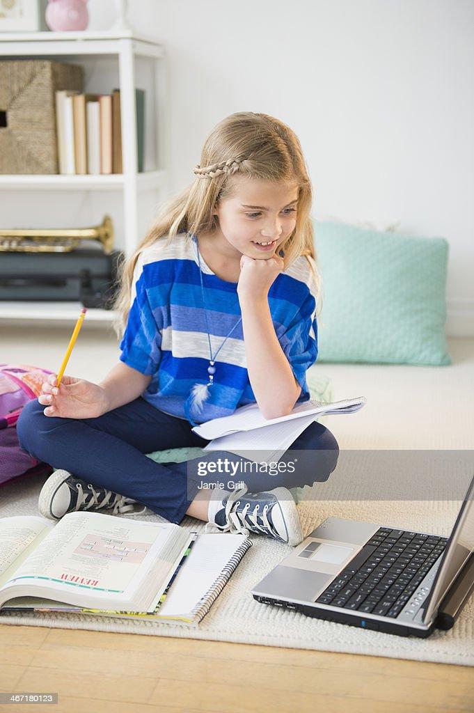 USA, New Jersey, Jersey City, Girl (8-9) doing homework : Foto de stock