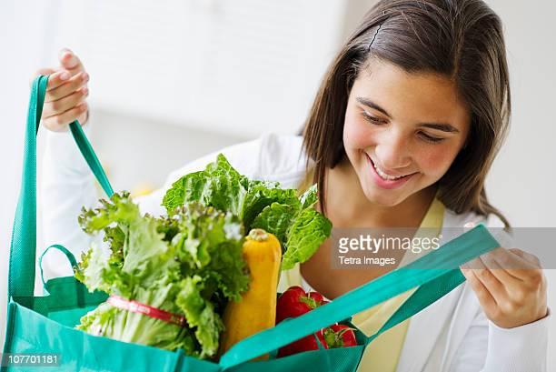 usa, new jersey, jersey city, girl (12-13) holding groceries - usa - fotografias e filmes do acervo