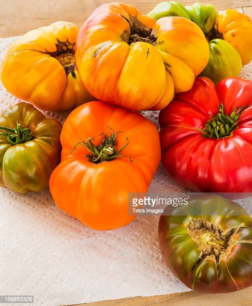 USA, New Jersey, Jersey City, Heirloom tomatoes on paper towel