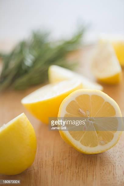 usa, new jersey, jersey city, lemon on chopping board - 酸っぱい ストックフォトと画像