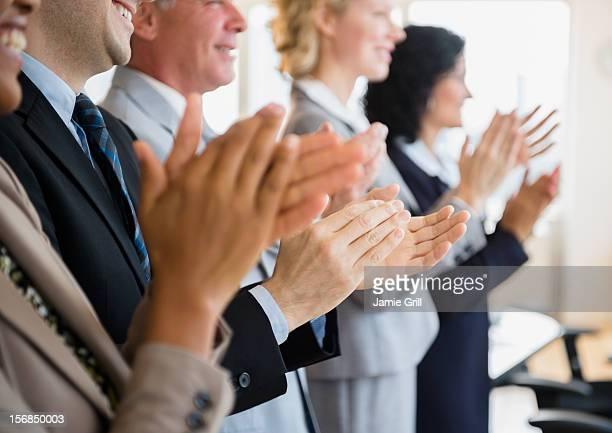 usa, new jersey, jersey city, office workers applauding - aplaudir fotografías e imágenes de stock