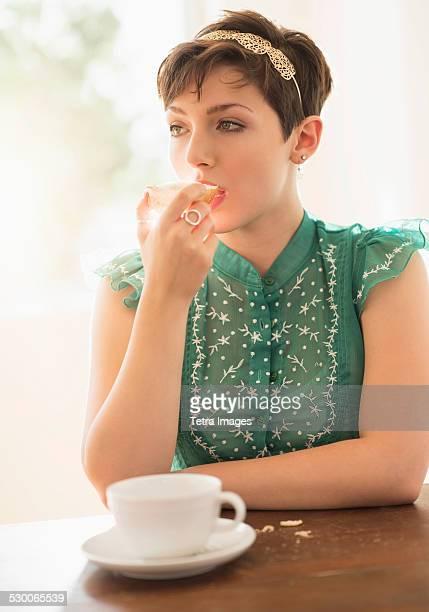 USA, New Jersey, Jersey City, Portrait of brunette eating bread