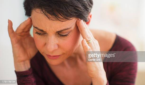 usa, new jersey, jersey city, portrait of mature woman with hands on head - inspanning stockfoto's en -beelden