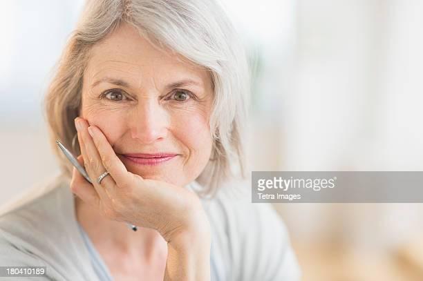 usa, new jersey, jersey city, portrait of smiling senior woman - 60 64 anos - fotografias e filmes do acervo