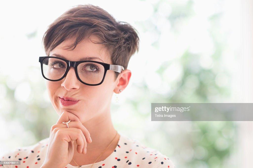 USA, New Jersey, Jersey City, Portrait of smiling woman wearing eyeglasses : Stockfoto