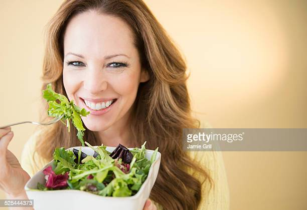 usa, new jersey, jersey city, portrait of woman eating salad - insalata foto e immagini stock