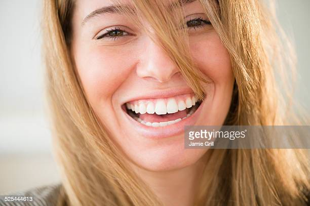 usa, new jersey, jersey city, portrait of young woman laughing - braune augen stock-fotos und bilder