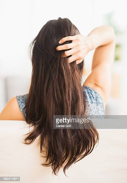 usa, new jersey, jersey city, rear view of woman with hand in her hair - femme brune de dos photos et images de collection