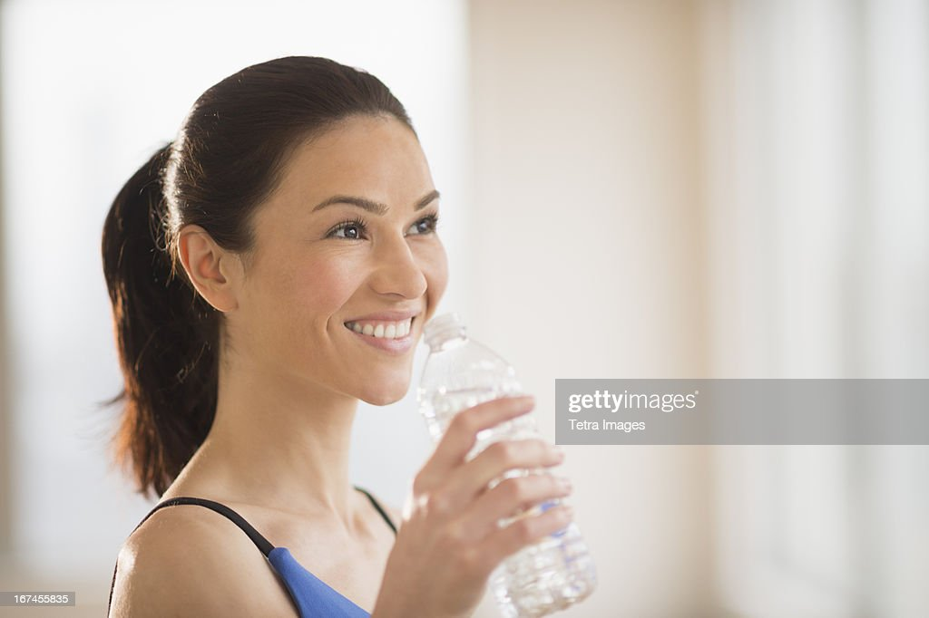 USA, New Jersey, Jersey City, Woman drinking water in gym : Stock Photo