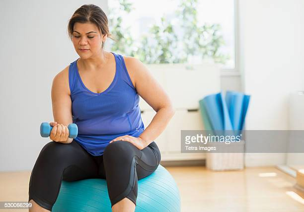USA, New Jersey, Jersey City, Woman exercising at gym