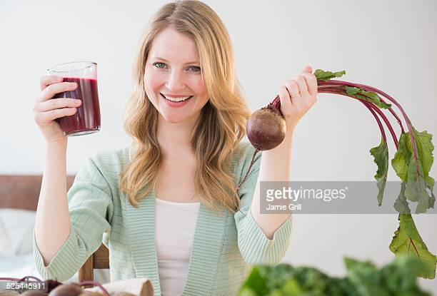 USA, New Jersey, Jersey City, Woman holding beetroot and juice