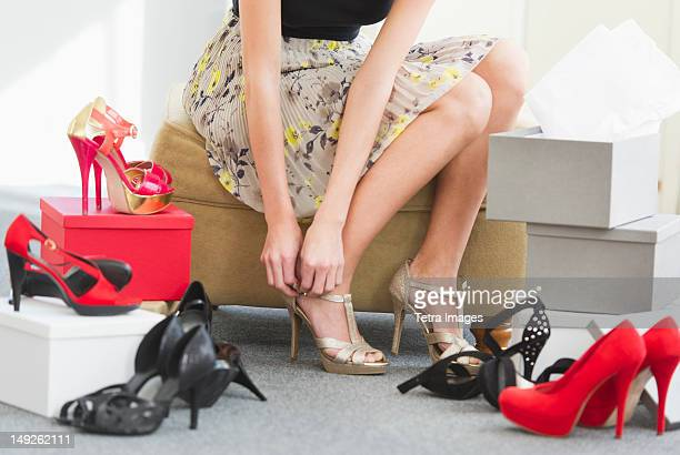 usa, new jersey, jersey city, woman in shoe store - talons hauts photos et images de collection