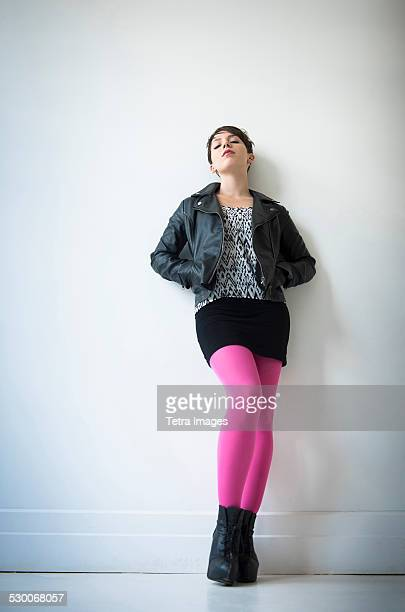 , usa, new jersey, jersey city, woman wearing leather jacket, mini skirt and ping tights - junge frau strumpfhose stock-fotos und bilder