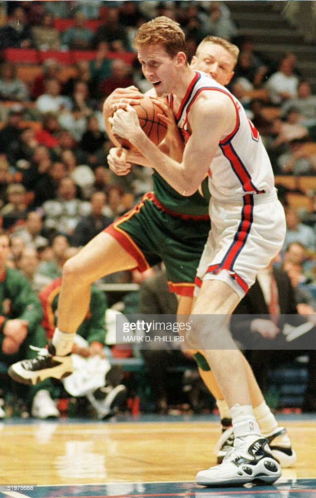 New Jersey Nets Shawn Bradley battles for the ball : News Photo