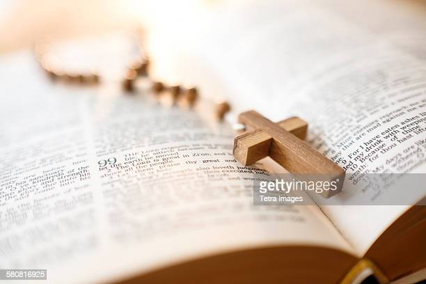 usa, new jersey, rosary beads in open bible - katholicisme stockfoto's en -beelden