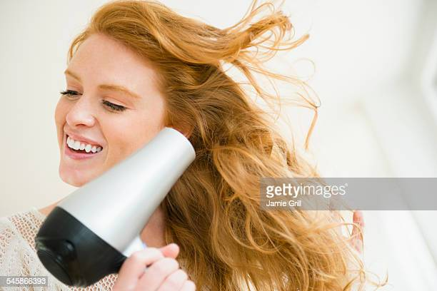 usa, new jersey, woman blow drying hair - secador de cabelo - fotografias e filmes do acervo