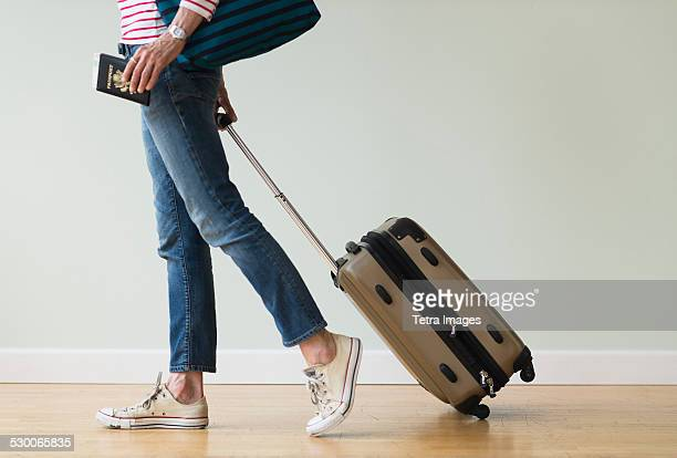 usa, new jersey, woman ready to go on vacations - passeport photos et images de collection