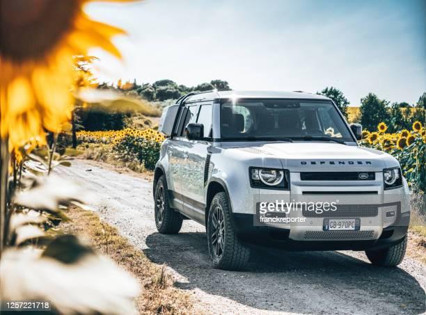 田舎に駐車新しいランドローバーディフェンダー - ランドローバー ストックフォトと画像