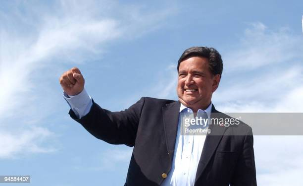 New Mexico Governor and Democratic presidential candidate Bill Richardson waves to the crowd during his introduction at the start of U.S. Senator Tom...